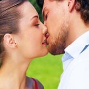 man en vrouw zoenendt
