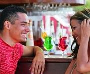 Man en een vrouw genieten in een bar