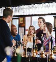 Mannen in bar