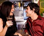 Vrouw en man in een bar