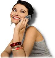 Vrouw praat aan telefoon