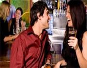 Een man praat met een vrouw.