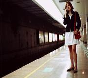 Een vrouw op een treinstation
