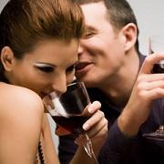 Man en vrouw flirten met elkaar.
