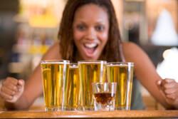 Een vrouw met veel bier