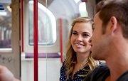 flirtende man en vrouw in trein