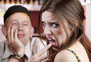 man en vrouw waarvan de man duidelijk een fout heeft gemaakt tijdens de date