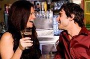 man en vrouw flirten in bar