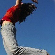 vrouw die springt
