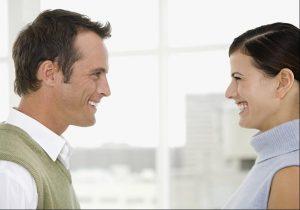 oogcontact-met-man-en-vrouw