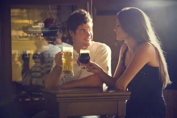 vrouw drinkt bier