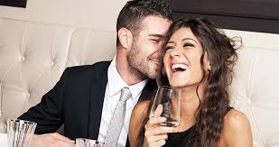 vrouw lacht om man