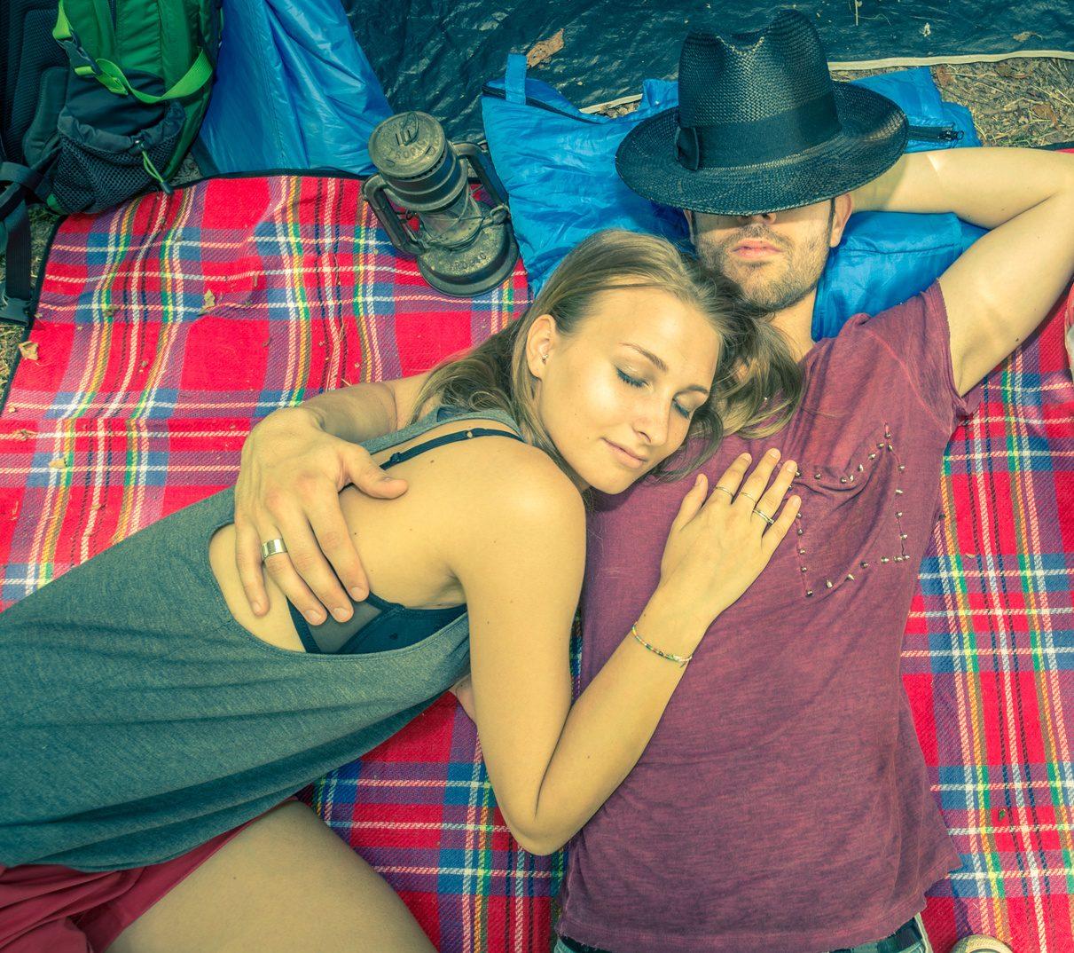 vrouwen-versieren-op-festivals-liggen