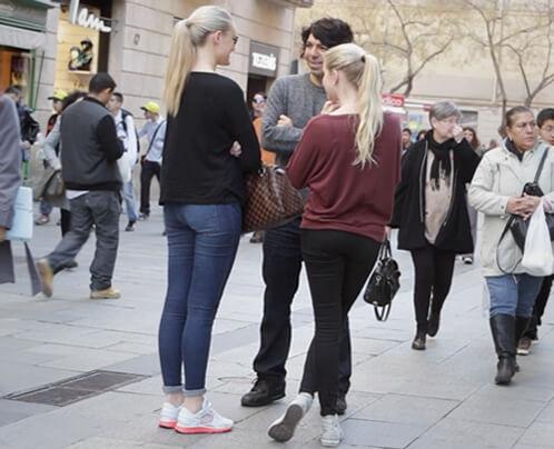 vrouwen versieren overdag op straat